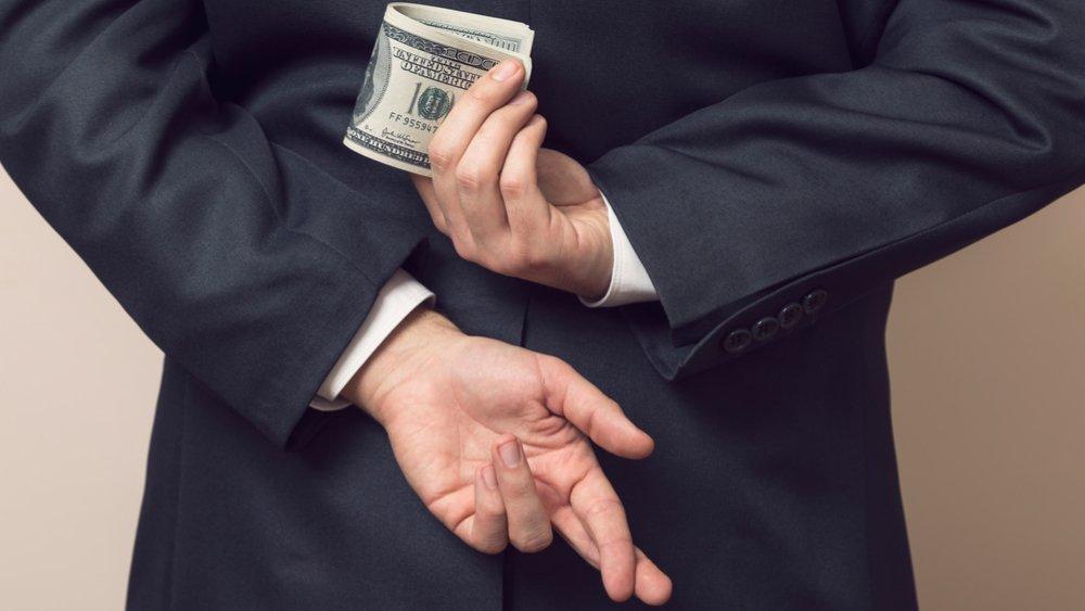 Bani puțini, scandaluri mari si multă duplicitate